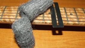 Como usar a Palha de aço na Limpeza da sua Guitarra