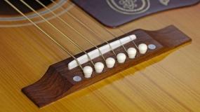 Como remover os pinos das guitarras acústicas.