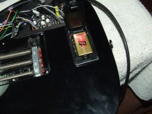 Colocar caixa de pilhas em guitarra